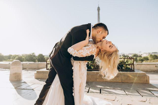 des célibataires se rencontrent à Paris